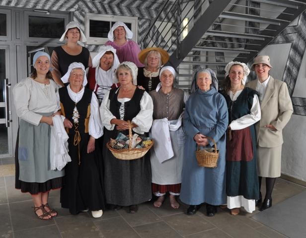 Foto der 12 Frauen der Frauengeschichtswerkstatt Herrenberg, November 2012. Jede Frau trägt das Kostüm der Rolle, die sie bei den Stadtführungen spielt.