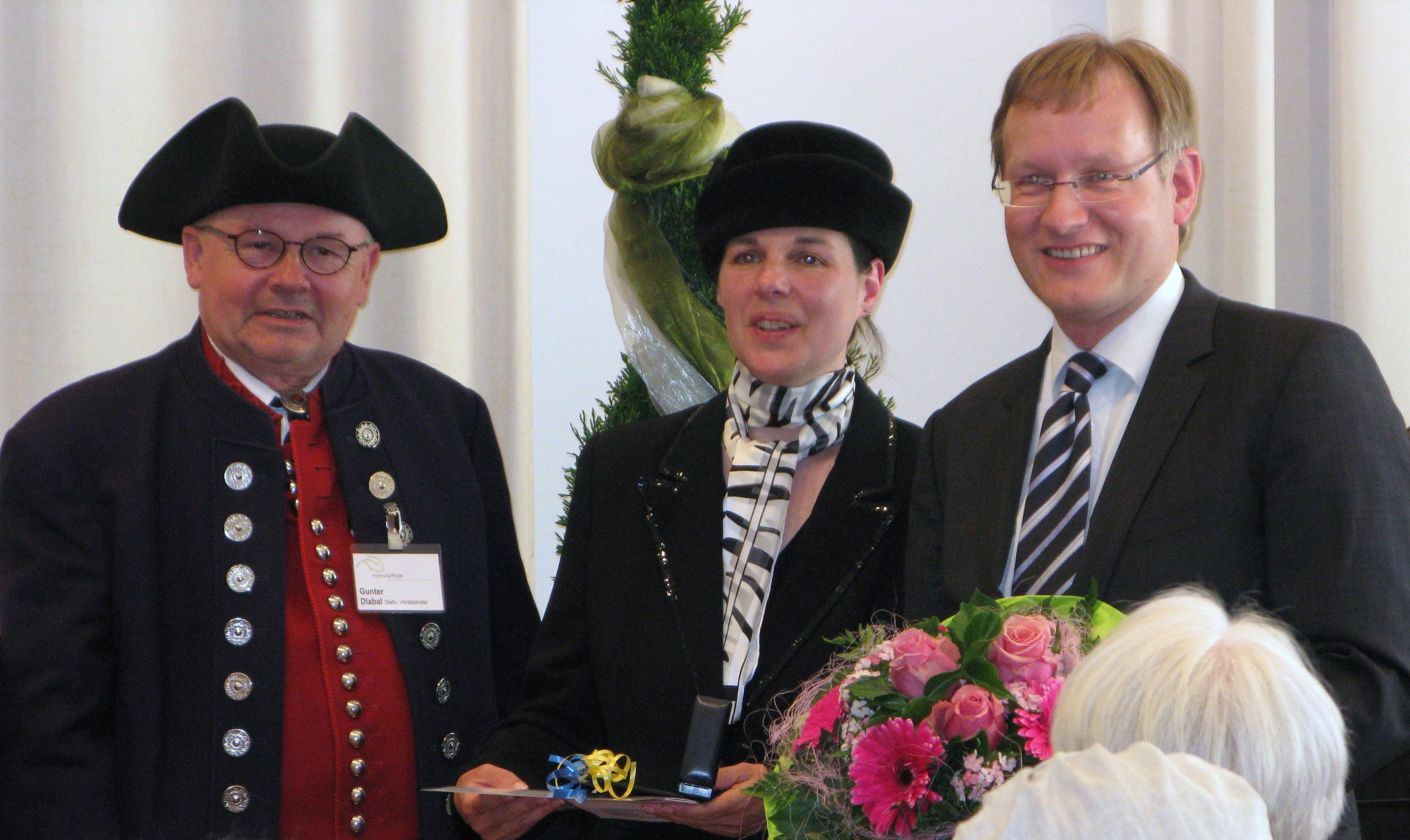 Gunter Dlabal, Claudia Nowak-Walz und Johannes Schmalzl bei der Verleihung der Ehrennadel des AK Heimatpflege in Kornwestheim.