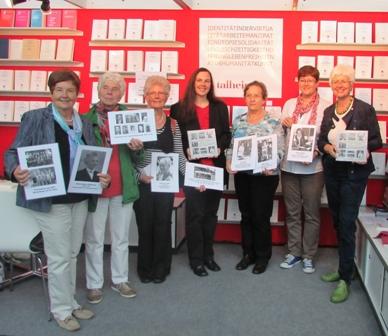 """Sechs Vertreterinnen der Frauengeschichtswerkstatt Herrenberg präsentieren gemeinsam mit der Gleichstellungsbeauftragten Birgit Kruckenberg-Link (rechts im Bild) das Buch """"Frauen gestalten Herrenberg"""" am Stand des Talheimer Verlages."""