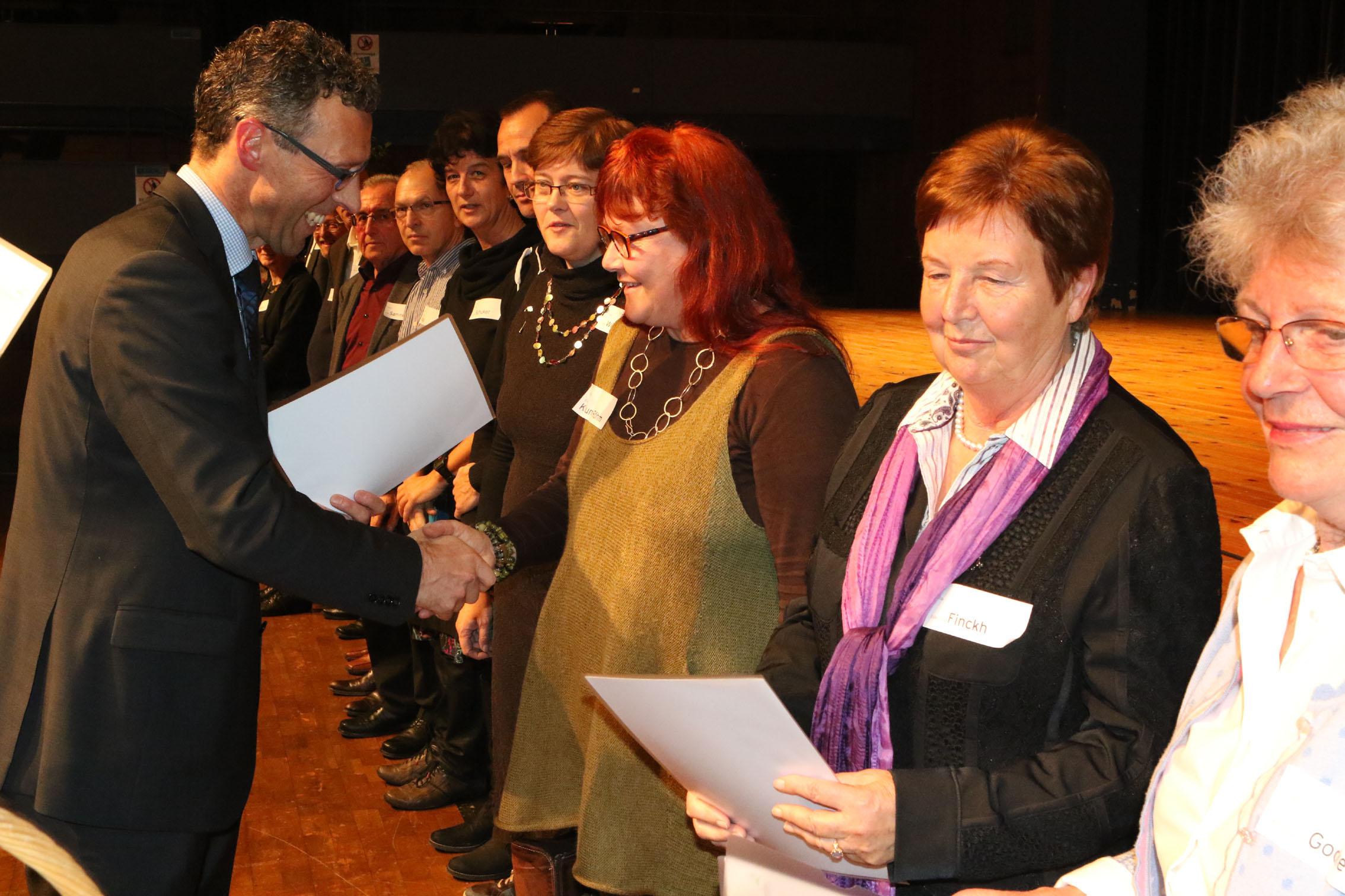 Oberbürgermeister Sprißler überreicht die Urkunden an die Vertreterinnen der Frauengeschichtswerkstatt. Foto: Bäuerle