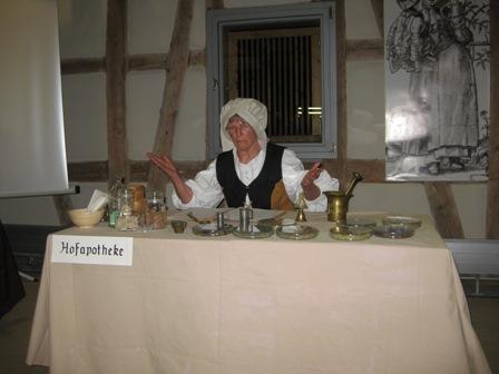 Hofapothekerin Maria Andreä am Schreibtisch