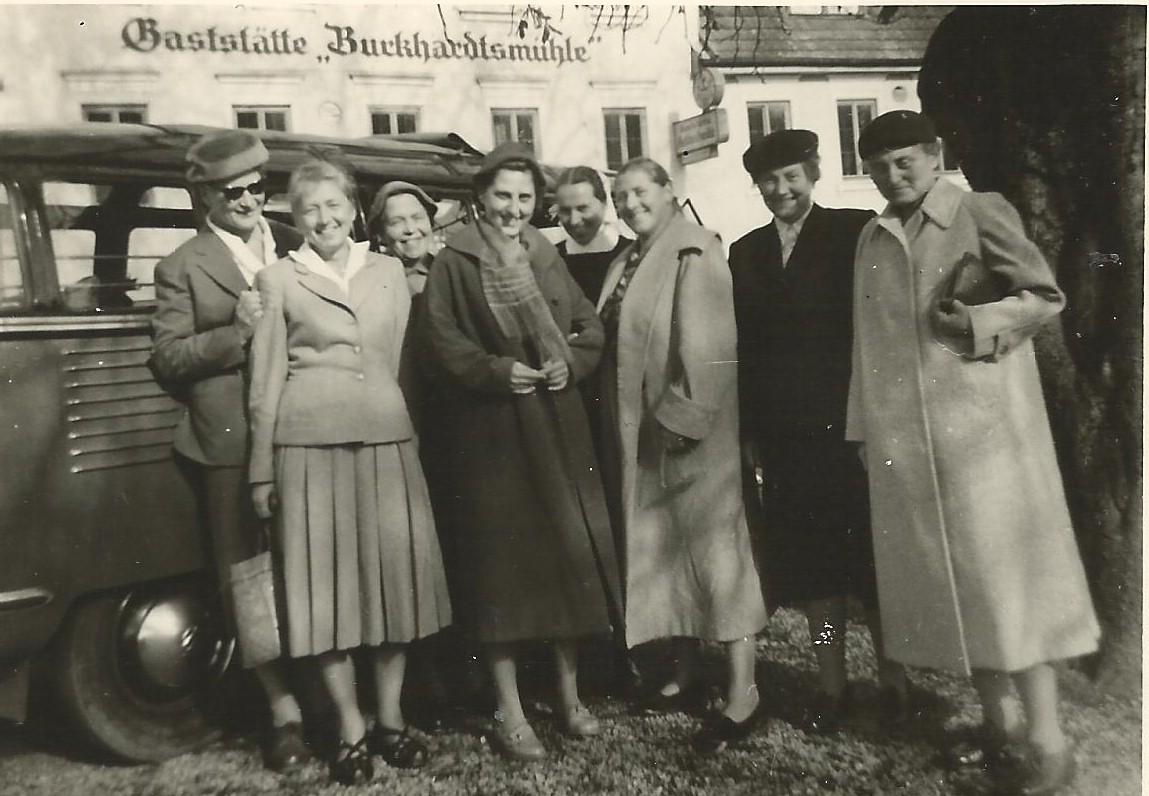 Foto der Lehrerinnen der Herrenberger Frauenarbeitsschule, aufgenommen bei einem Ausflug 1956