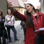 Foto von Dr. Claudia Nowak-Walz als Stadtführerin beim Handelshaus Khönle.