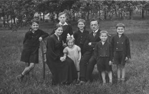 Foto der Familie von Maria Eipper-Hoffmann, aufgenommen 1936 im Garten des Schulhauses in Öschelbronn.